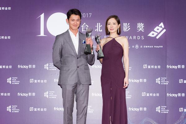 台北電影獎最佳男、女主角吳慷仁(左起)、尹馨。(台北電影節提供)