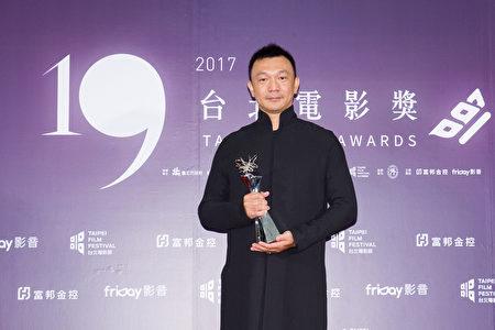 《大佛普拉斯》導演黃信堯頒台北電影獎百萬首獎。(台北電影節提供)