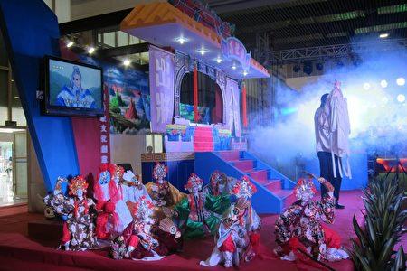 黄世志艺师户外野台戏演出的舞台现场。(黄世志提供)