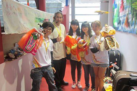 黃世志藝師和一群喜歡布袋戲的大學生。(黃世志提供)