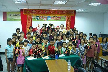 黄世志艺师和指导的国小小朋友合影。(黄世志提供)