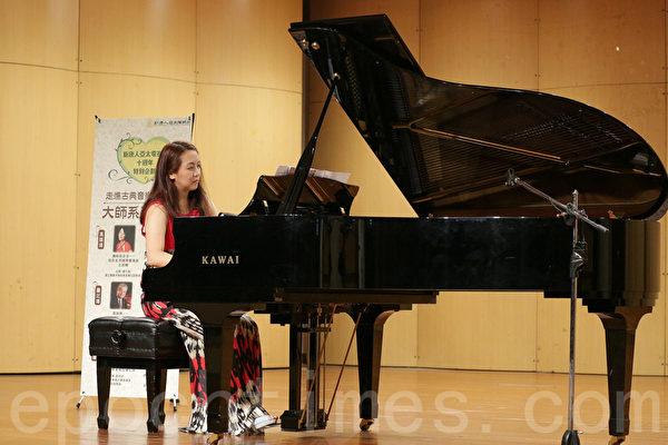 知名钢琴家杨千莹示范演奏贝多芬多首脍炙人口的钢琴奏鸣曲,带领听众走入贝多芬的音乐世界和他悲壮的生命故事。(郑顺利/大纪元)