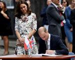 英国威廉王子和凯特王妃18日探访前纳粹德国集中营,威廉在文件署名。(Chris Jackson/Getty Images)