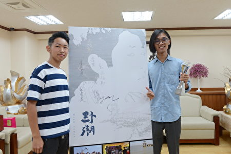 導演呂柏勳(右)與片中男主角廖博彥(左)。(雲林縣府提供)
