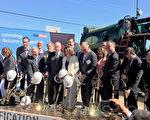 7月21日,加州州长布朗和多位旧金山湾区各级民选官员们为加州火车电气化举行启动仪式。(李文净/大纪元)