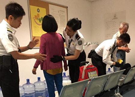 遭港入境处搜身的台湾法轮功学员。(台湾法轮功学员提供)