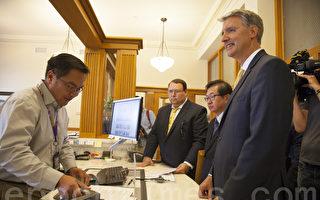 太平洋法律协会代表社区居民提交上诉,左起依次为布拉德‧达卡斯(Brad Dacus)、李少敏、代理律师Ray Hacke。(周凤临/大纪元)