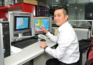 为提供观众第一手台风动态及报导,气象主播王军凯将全神贯注紧盯尼莎台风。(台视提供)