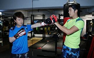 翁立友(左)即将在台北巨蛋开唱,为此特地找来好哥们姚元浩担任贴身教练。(豪记唱片提供)