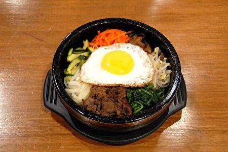 图:石锅拌饭。风味独特的辣萝卜条为这款石锅拌饭增加了更多风味。(大纪元图片)