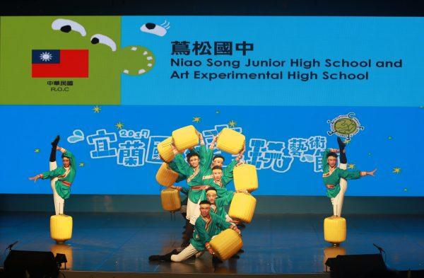 茑松国中学生演出〈灯笼舞〉。(曾汉东/大纪元)