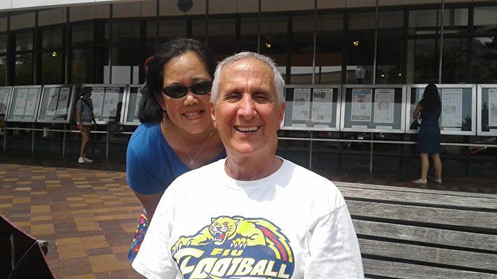 大學教授David Lavim先生和妻子(李辰/大紀元)