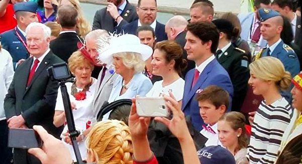 加拿大总理、总督携分别携家人,到访的英国查尔斯王子夫妇出席了150周年国庆典礼。(新唐人截图)