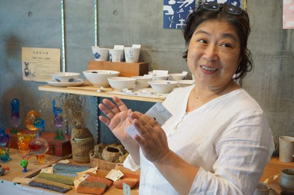 """""""开始器皿烘培室 """"执行长高云慧原在台北教画,2年前返回宜兰,以热爱的陶艺为起点结合在地艺术家,熔炼宜兰艺术能量。(李怡欣/大纪元)"""