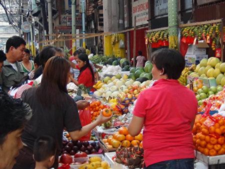 菲律宾街头购物人群(大纪元图片)