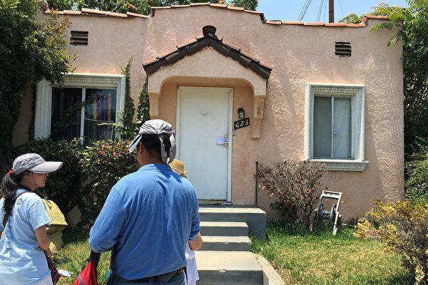 近年来在加州,住房被他人非法占据的现象越来越多。图为2016年,来自大陆的范先生在洛杉矶阿罕布拉市 (Alhambra) 购买了一套有两单元的房产,过户时却被陌生人侵占。大纪元时报对此事连续报导后,范先生成功收回房产。(大纪元资料照)