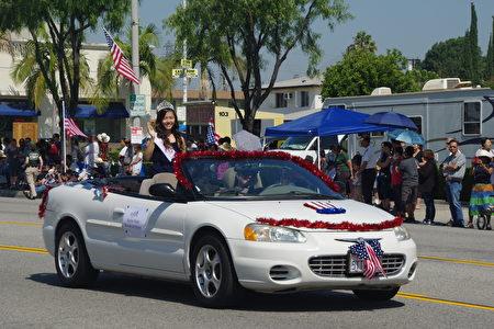 7月4日,洛杉矶华人区柔斯密市(Rosemead)举行盛大国庆游行。图为2017年度柔斯密市选美皇后Kayla Trinh。(刘菲/大纪元)