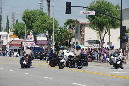 加州高速公路巡警做车技表演。(刘菲/大纪元)