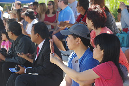 7月4日,洛杉矶华人区柔斯密市(Rosemead)举行盛大国庆游行,吸引了各族裔观众。(刘菲/大纪元)