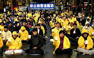 2017年7月19日,悉尼法轮功学员在马丁广场举行烛光悼念,纪念为坚持真善忍信仰而失去生命的成千上万的法轮功学员。(何蔚/大纪元)