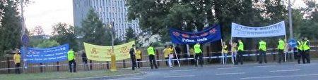 在华沙军用机场口,法轮功学员打出抗议横幅(明慧网)