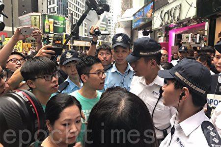 羅冠聰、黃之峰等人在銅鑼灣SOGO旁與警察發生爭執,他們批評警權過大,阻礙和平示威。(林怡/大紀元)