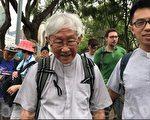 年届84岁的天主教香港教区前主教枢机陈日君,也现身维园草地,随队伍出发游行.(林怡/大纪元)