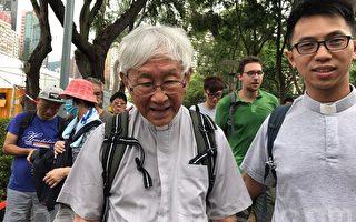 年屆84歲的天主教香港教區前主教樞機陳日君,也現身維園草地,隨隊伍出發遊行.(林怡/大紀元)