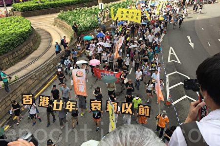 今年的七一大遊行,除了有不少香港市民來參與之外,還有不少大陸民眾.(李逸/大紀元)
