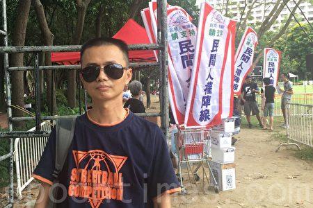 深圳市民張先生第二次來參加七一遊行。(梁珍/大紀元)