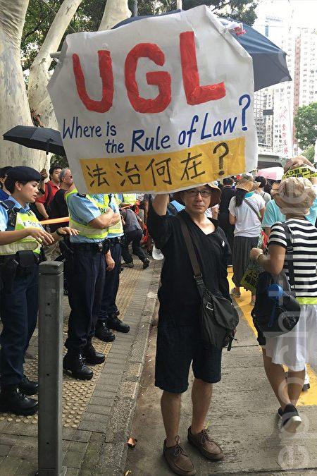 從事建築業的姚先生自製抗議梁振英UGL事件的道具上街。(林怡/大紀元)