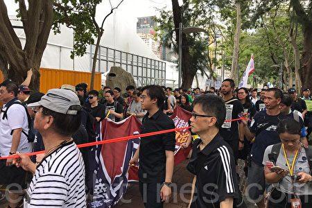 七一遊行隊伍起步,但因為出口處有較多傳媒和市民守候,遊行隊伍擠在一起。(林怡/大紀元)