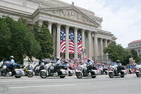 2017年華府國家獨立日大遊行。華盛頓特區警察局摩托車隊引領。(李莎/大紀元)