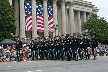 2017年華府國家獨立日大遊行。美國陸軍儀仗隊。(李莎/大紀元)