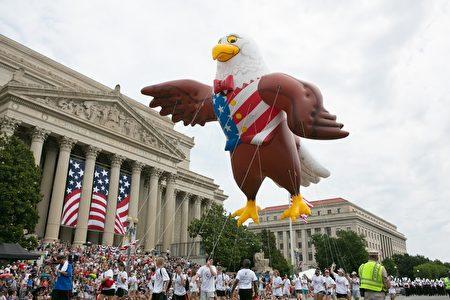 2017年華府國家獨立日大遊行。美國國鳥白頭海鵰的巨型氣球。(李莎/大紀元)