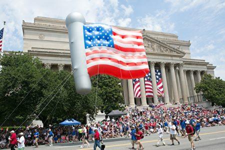 2017年華府國家獨立日大遊行。美國國旗圖案巨型氣球。(李莎/大紀元)
