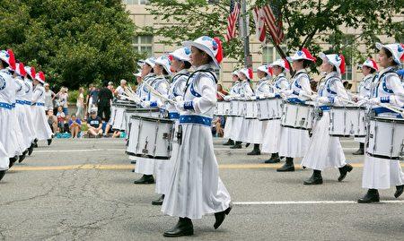 2017年華府國家獨立日大遊行。身著藍白色中國古裝的天國樂團已經連續十二年應邀參加。(李莎/大紀元)
