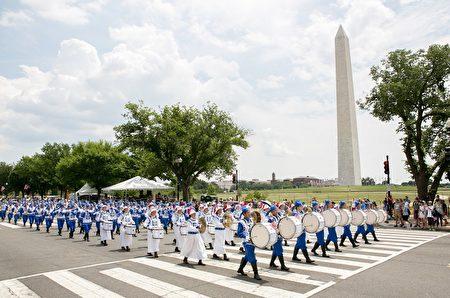 2017年華府國家獨立日大遊行。天國樂團經過華盛頓紀念碑。(李莎/大紀元)