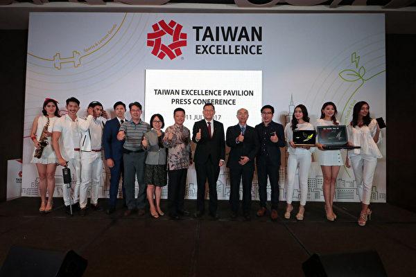 台灣精品館11日在馬來西亞拉開序幕,首度在大馬展示台灣一系列最具創新性和創造性的產品,駐馬代表章計平(右7)也出席打氣。(駐馬代表處提供)