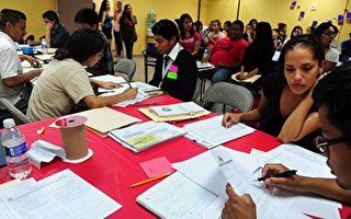 美国总统川普周二(9月5日)敦促国会立法取代奥巴马时代的DACA计划。图为2012年8月15日非法移民在洛杉矶人道移民权利联盟的办公室填写DACA申请表。(FREDERIC J. BROWN / AFP)