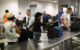 美国国土安全部周五(7月14日)发布更新的航空安全指南,并将取消电子禁令。(Joe Raedle/Getty Images)
