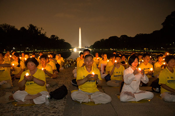 7月20日晚,美国部分法轮功学员在首府华盛顿举行烛光夜悼。(戴兵/大纪元)