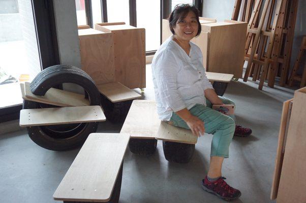 高云慧原在台北从事艺术,近年返回故乡宜兰,开陶艺咖啡馆,三楼是她的教学画室,轮胎做的椅子出自她的创意。(李怡欣/大纪元)
