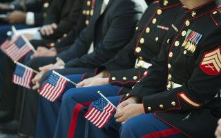 來自全球各地的部分美國士兵,正在參加入籍儀式。 (SAUL LOEB/AFP/Getty Images)
