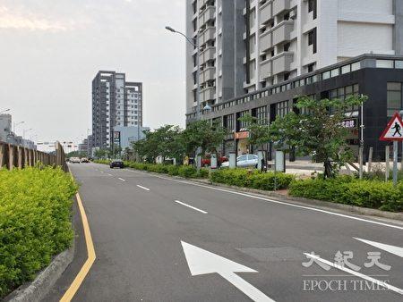 苗栗大埔重画区科专七路宽30米,却无机车道与临停车位。(谢平平/大纪元)