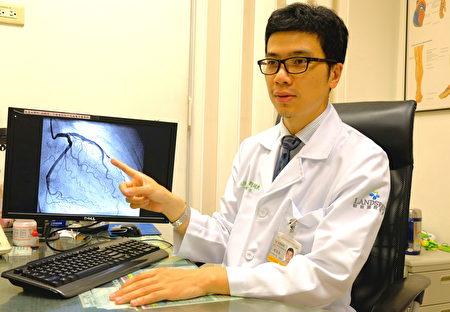 坜新医院心脏内科刘冠良医师解说动脉阻塞情形。(坜新医院/提供)