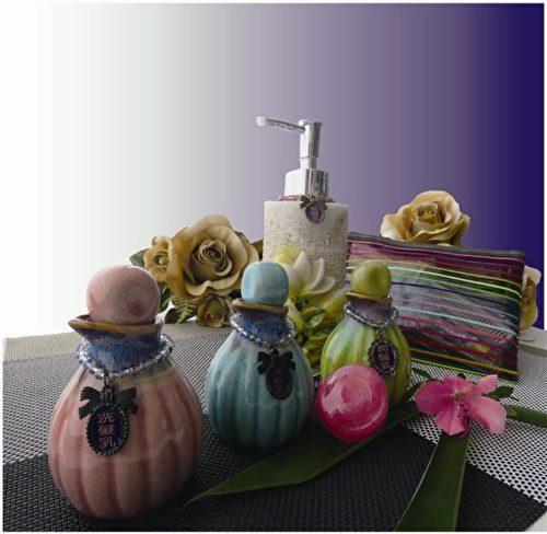 沐浴用品別具一格的以手拉坯瓷器盛裝。(竹美山閣提供)