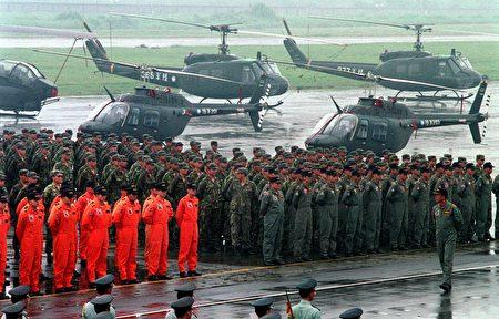 國軍將在明年元旦起開始實施「募兵制」,並規定民國83年以後出生的役男須服4個月軍事訓練役。(AFP)