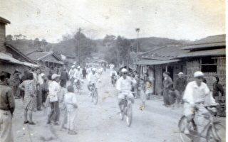 民国41年苗栗脚踏车队行经路线吸引民众围观(翻摄自国民记忆库-台湾故事岛)。(苗栗市公所提供)