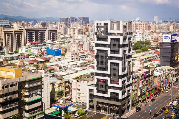 代表北台灣新建案市況的《住展》風向球, 6月維持黃藍燈。專家表示,建案讓利亦能讓房市擺脫低迷、加速趕底。(陳柏州/大紀元)